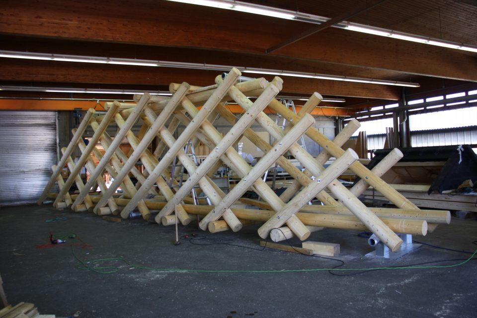 """Montagebild von """"Bridge Sprout"""" in der Werkstatt von Holzbau Schmid, Trostberg Foto: Dieter Schmid"""